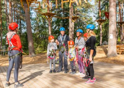 Familj går igenom säkerhetsreglerna på Skypark Vaxholm.