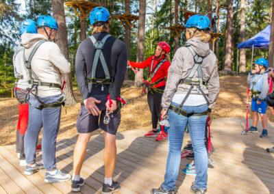 Instruktör förklarar regler i Skyparks äventyrspark.