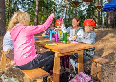 Matbänkar finns att låna för att äta matsäck hos Skypark Vaxholm.
