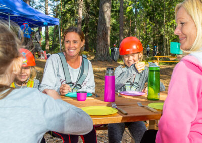 Children celebrate birthday at Skypark Vaxholm adventure park and eat picnic.